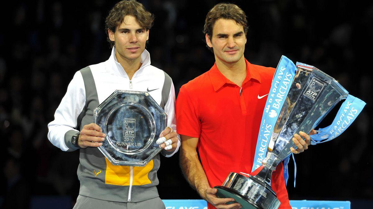 Роджер Федерер – победитель Итогового турнира-2010, слева – Рафаэль Надаль