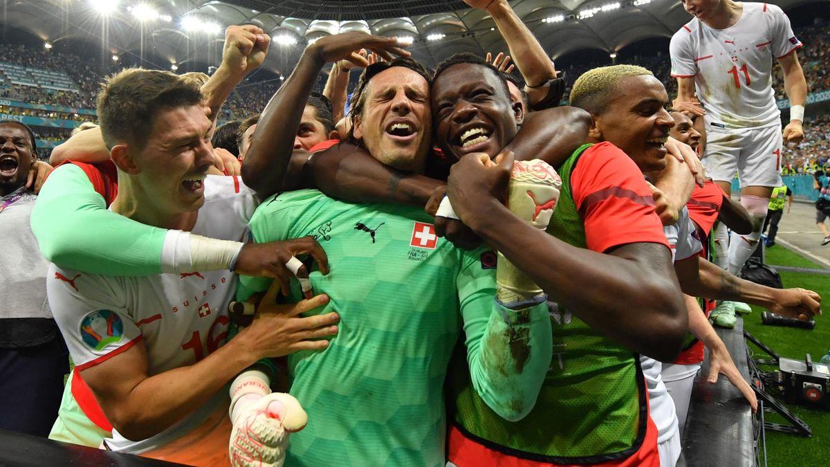 Yann Sommer (mitte) und die Nati feiern den Einzug ins Viertelfinale