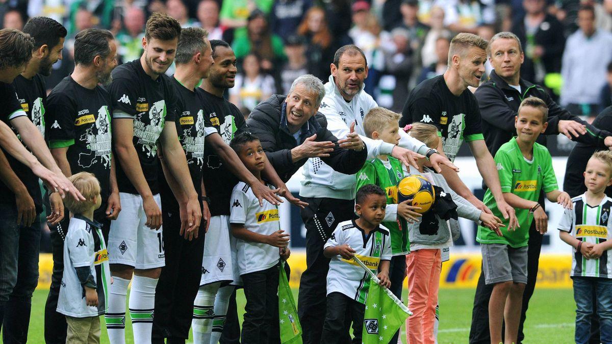 Trainer Lucien Favre animiert seine Spieler von Borussia Mönchengladbach