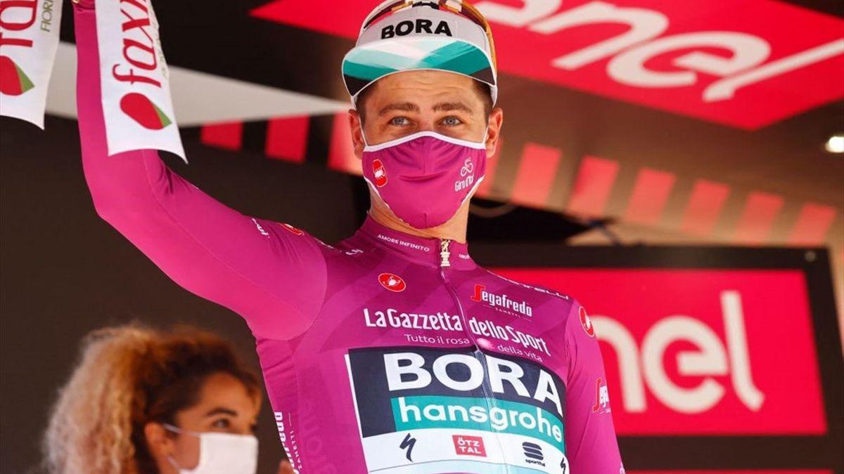 Peter Sagan con la maglia ciclamino sul podio di Foligno - Giro d'Italia 2021