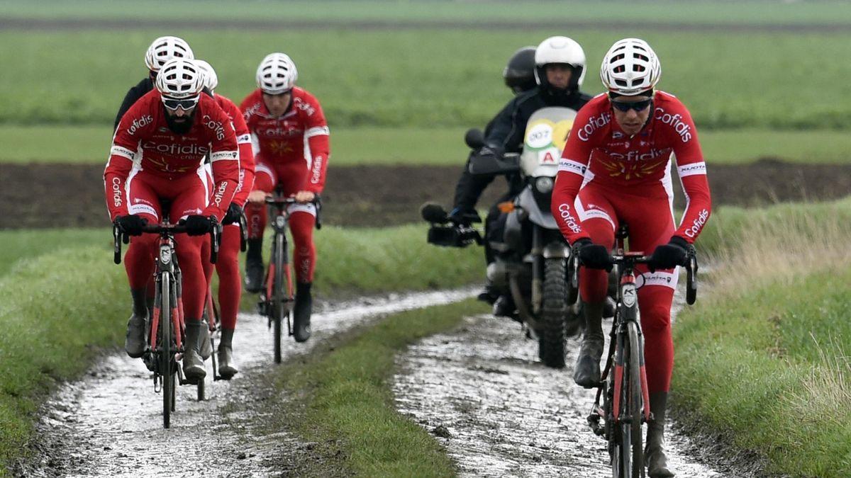 L'équipe Cofidis en pleine reconnaissance du parcours de Paris-Roubaix