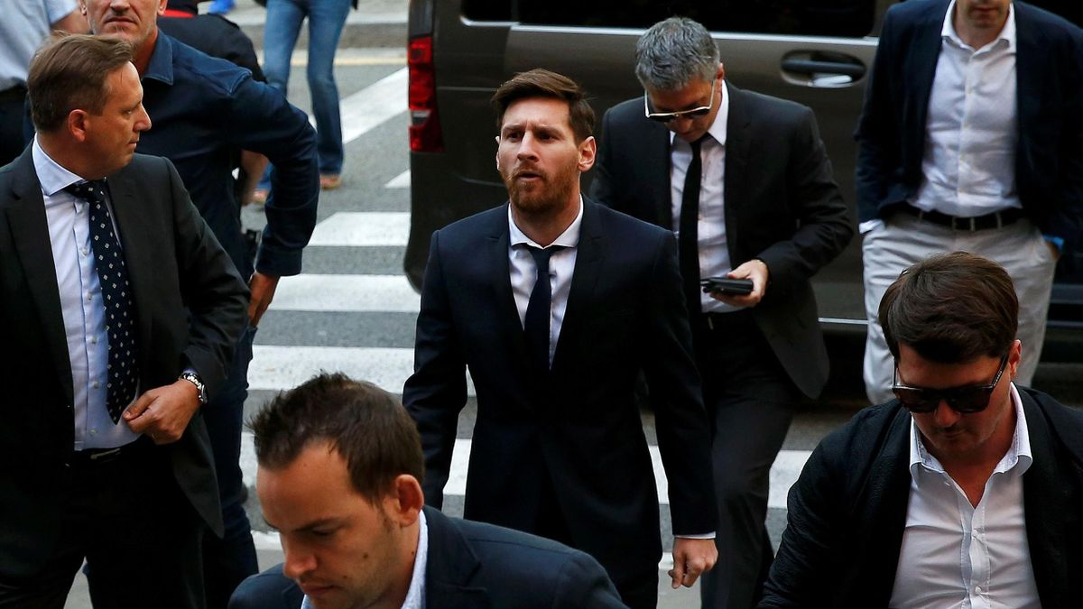 Lionel Messi (C) arrives to court with his father Jorge Horacio Messi (3rd R) to stand trial for tax fraud in Barcelona.
