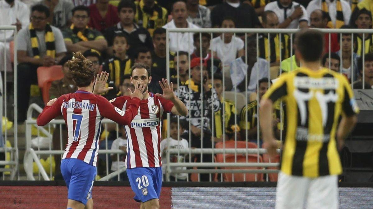Griezmann y Juanfran (Atlético de Madrid) celebrando un tanto ante el Al-Ittihad.