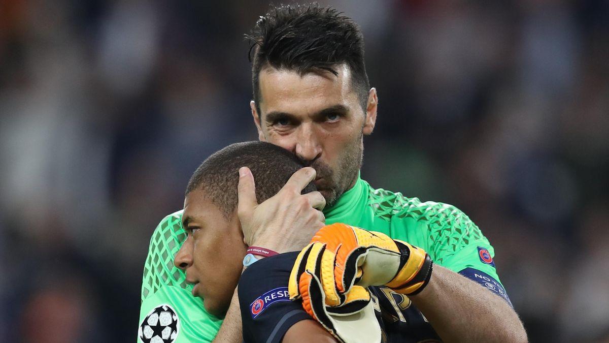 Buffon embrasse Mbappé après Juve-Monaco