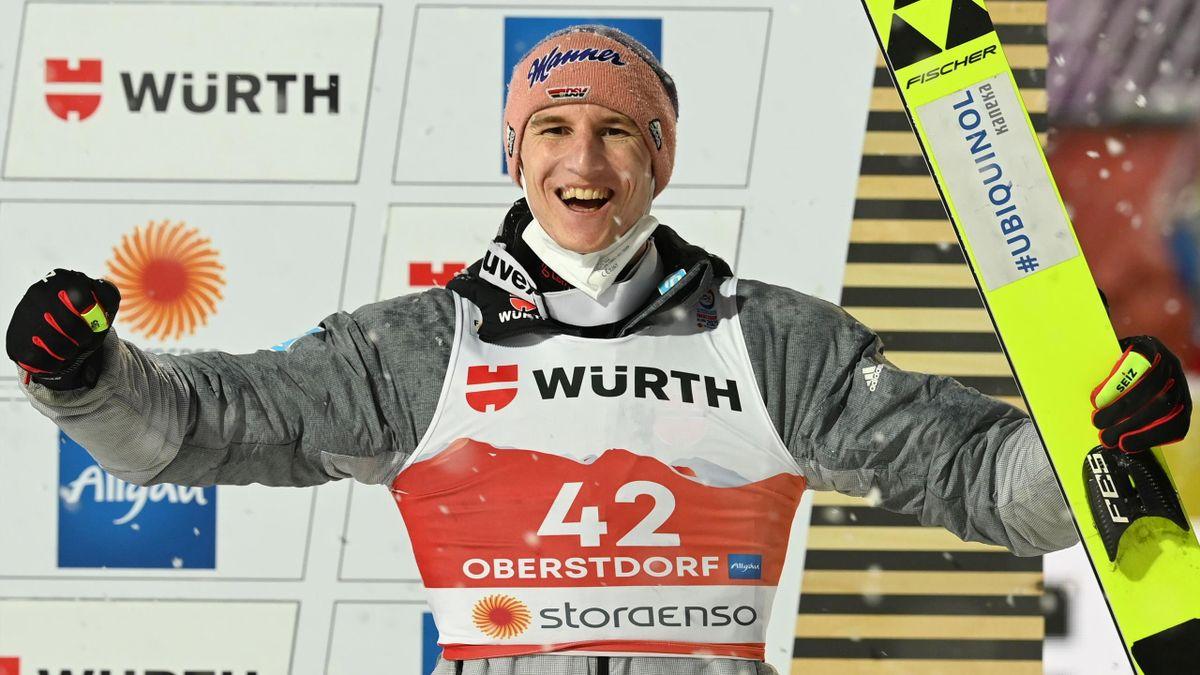Karl Geiger freut sich über Bronze auf der Großschanze in Oberstdorf