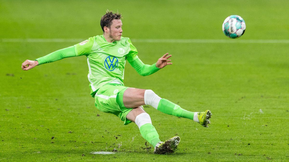 Wout Weghorst rutscht beim Elfmeter weg - RB Leipzig vs. VfL Wolfsburg