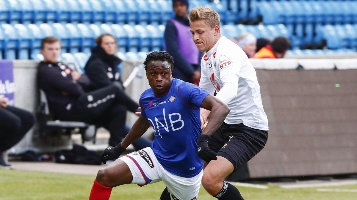 Muhamed Keita t.v sammen med Eirik Skaasheim i eliteseriekampen mellom Vålerenga og Sogndal på Ullevaal Stadion.