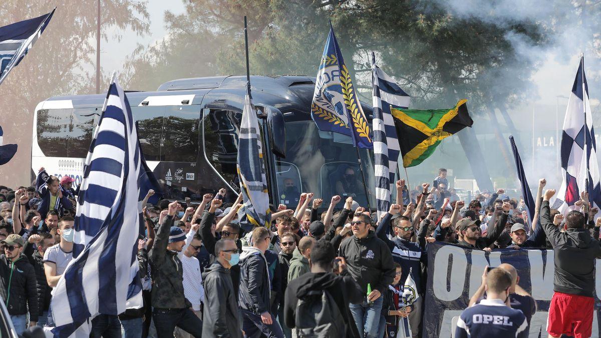 Les supporters bordelais rassemblés devant le Matmut-Atlantique pour soutenir leur équipe avant le match de Ligue 1 face au Stade Rennais