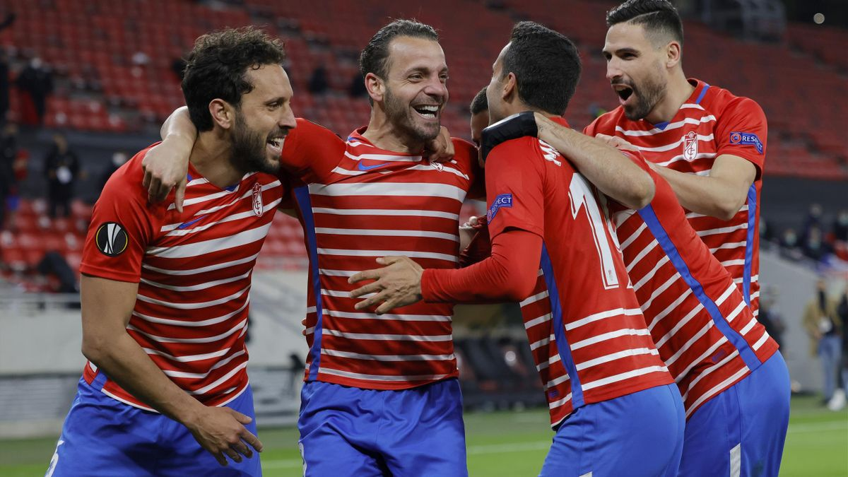 Los jugadores del Granada celebran el pase a cuartos de final.