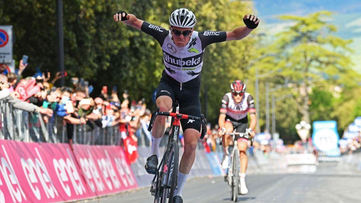 Schmid vince davanti ad Alessandro Covi sul traguardo di Montalcino - Giro d'Italia 2021