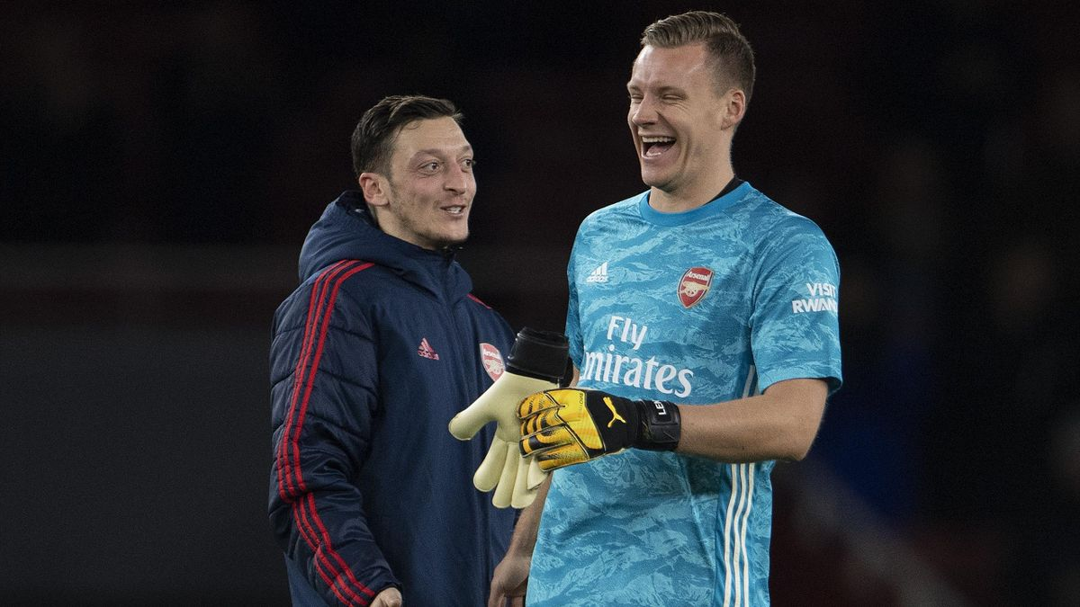 Mesut Özil (l.) und Bernd Leno (r.) beim FC Arsenal