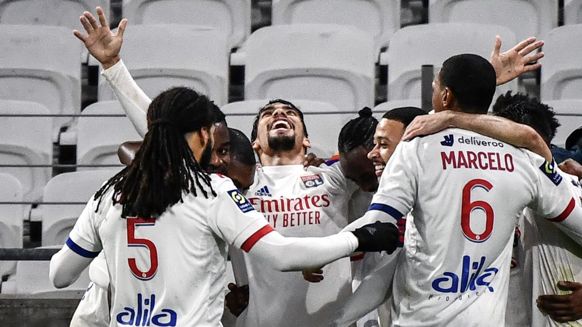 yon's Brazilian midfielder Lucas Paqueta (C) celebrates with his teammates after scoring a goal during the French L1 football match between Lyon (OL) and FC Nantes a