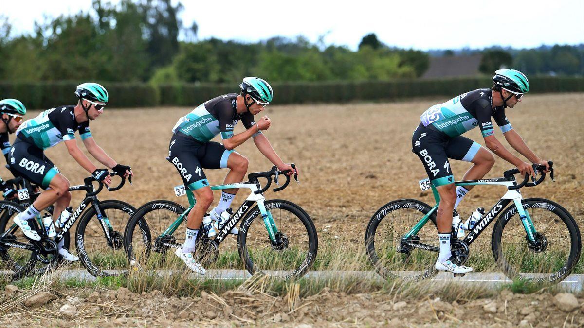 Rüdiger Selig (Mitte) und Andreas Schillinger (l.) werden der Bora-hansgrohe-Mannschaft noch länger fehlen