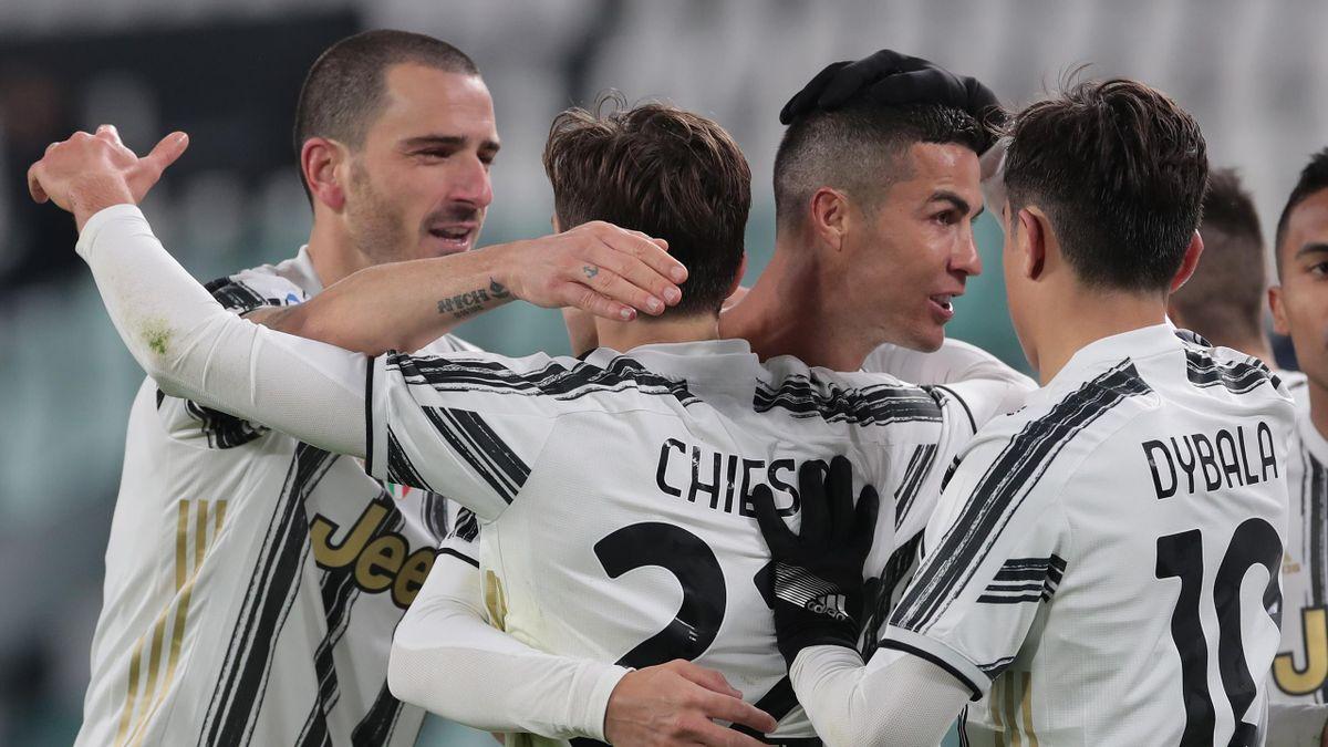 Cristiano Ronaldo abbracciato dai compagni dopo la doppietta che inaugura il 2021, Juventus-Udinese, Getty Images