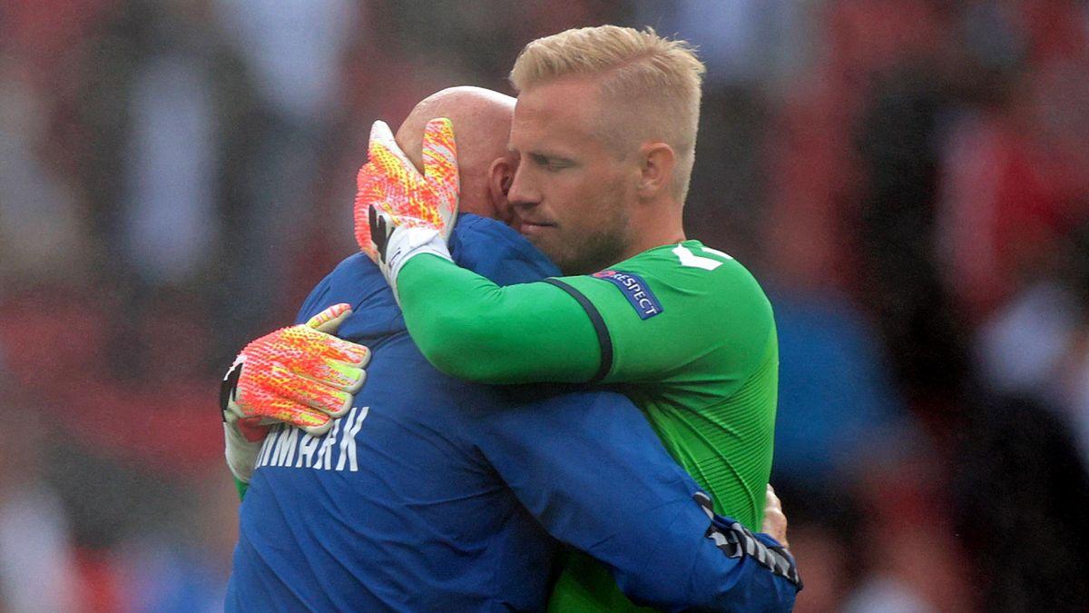 Kasper Schmeichel umarmt einen Teamarzt der dänischen Nationalmannschaft nach dem Kollaps von Christian Eriksen