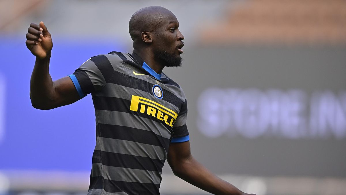 MILAN, ITALY - APRIL 25: Romelu Lukaku of FC Internazionale during the Italian Serie A match between Internazionale v Hellas Verona at the San Siro on April 25, 2021 in Milan Italy (Photo by Mattia Ozbot/Soccrates/Getty Images)