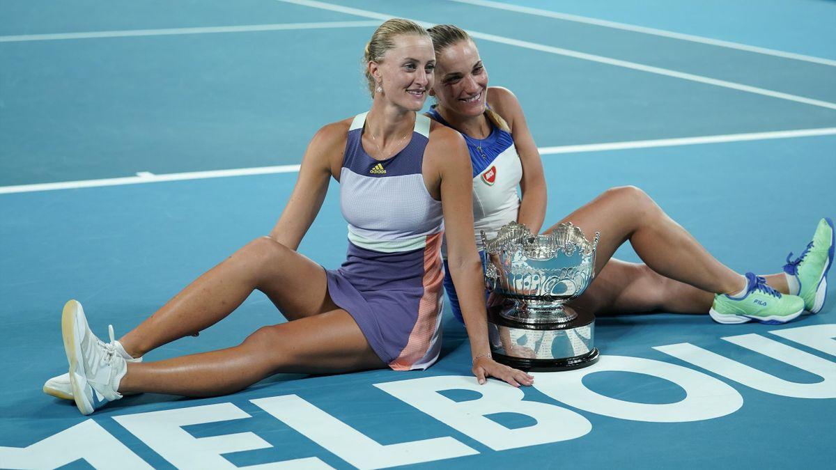 Kristina Mladenovic et Timea Babos posent avec leur trophée de l'Open d'Australie en 2020