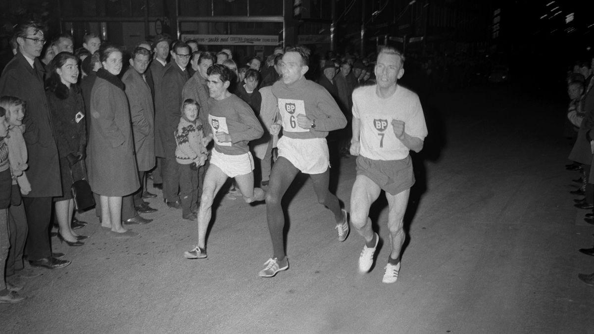 BUL arrangerer det første gateløpet i Oslos gater, og over 10.000 tilskuere så Mariano Cisneros (m. start nr 1 på brystet) beseire Thor Helland (start nr 6) og Pål Benum (start nr 7). Løypa gikk over 7 runder i en vel 1000 meters løype i vestre Vika.