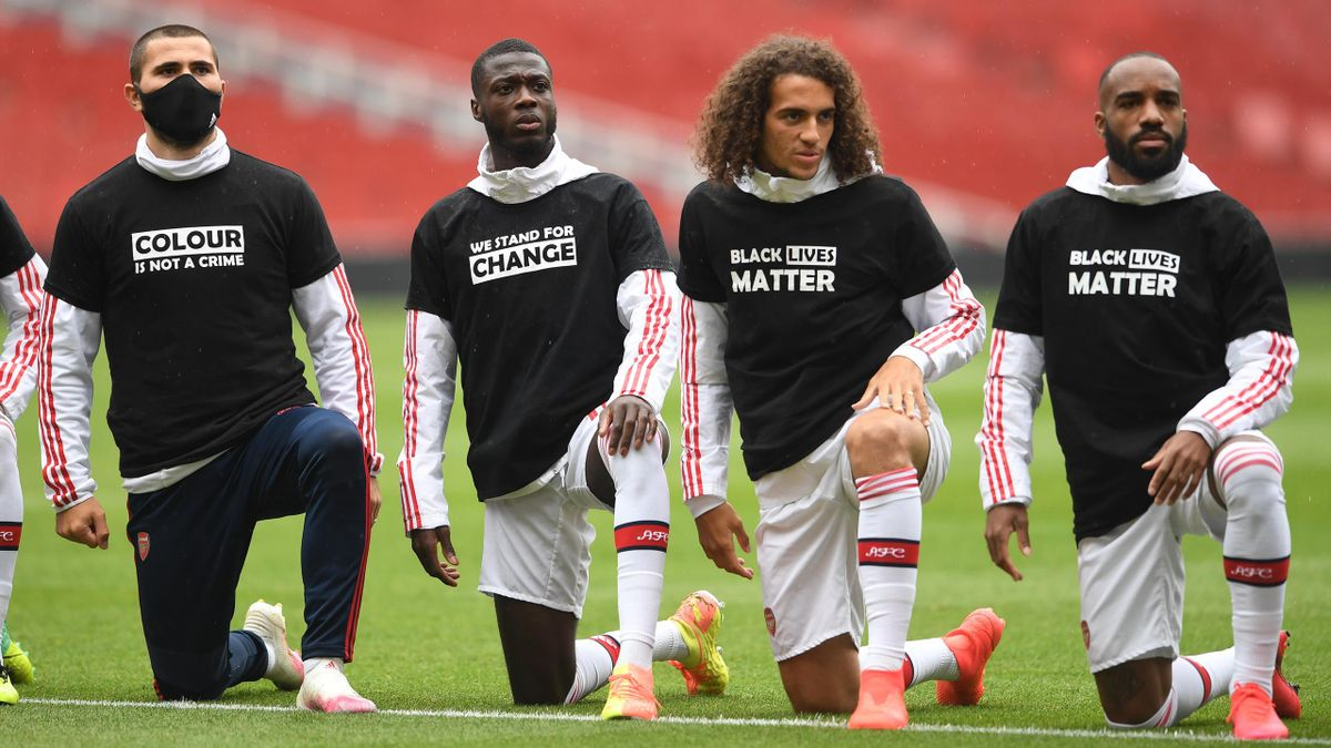 Sead Kolasinac, Nicolas Pepe, Matteo Guendouzi and Alexandre Lacazette of Arsenal take a knee in support of Black Lives Matter before the friendly match between Arsenal and Brentford at Emirates Stadium on June 10, 2020