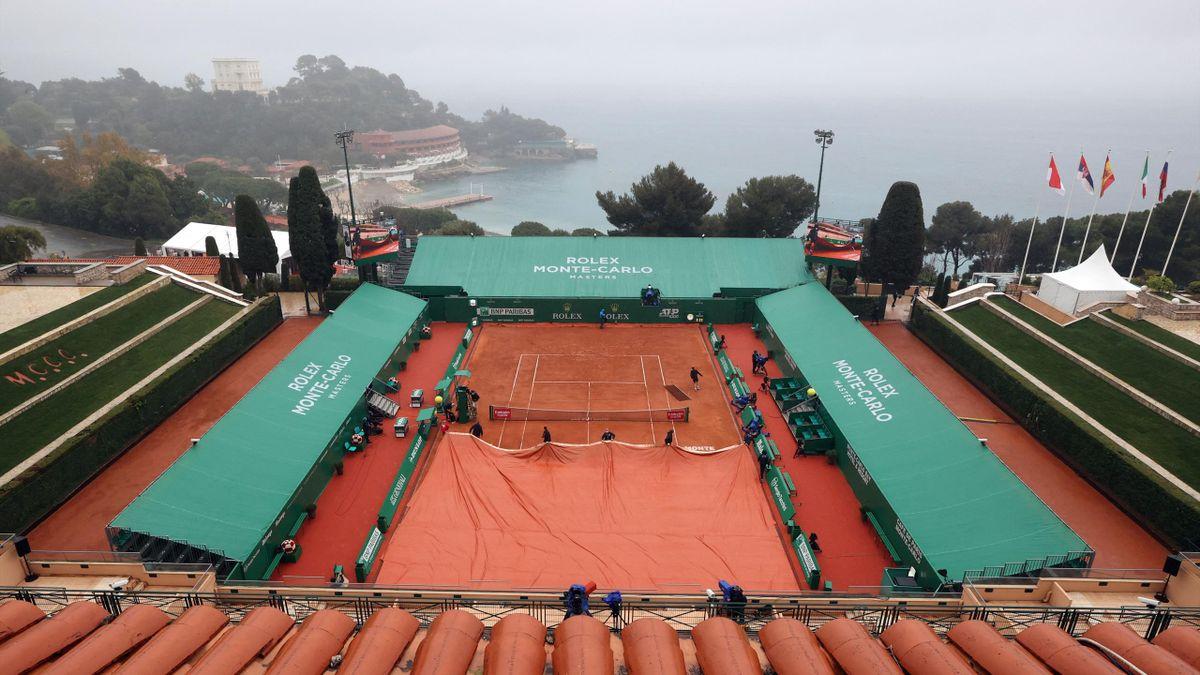 Giornata uggiosa al torneo di Monte Carlo: piove, campi che vengono coperti