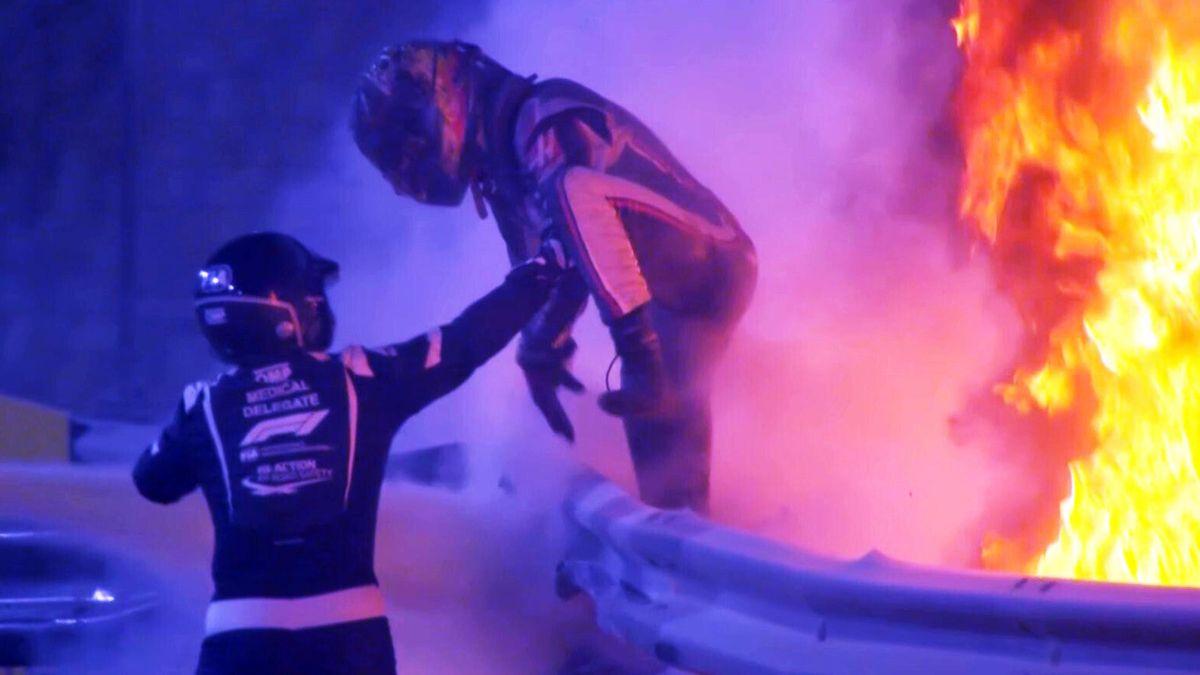 Romain Grosjean (Haas F1) springt aus den Flammen // Screenshot: Sky