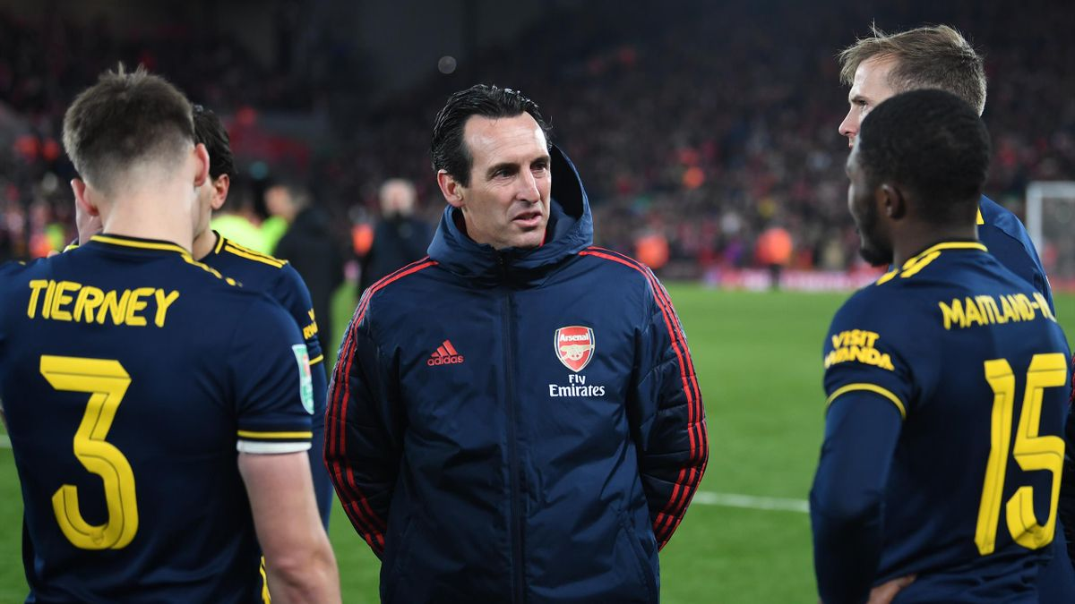 Unai Emery the Arsenal Head Coach talks to his players