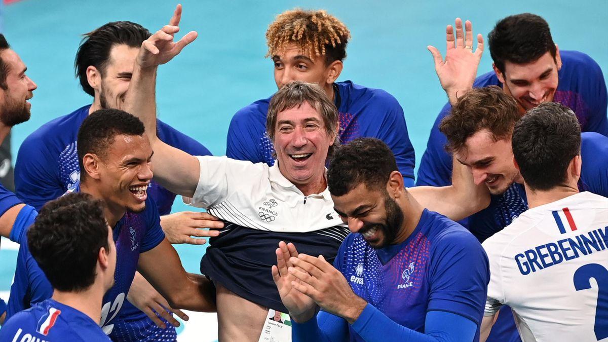 Laurent Tillie, sélectionneur de l'équipe de France de volley, au milieu de ses joueurs, sacrés champions olympiques lors des JO de Tokyo 2020 - 07/08/2021