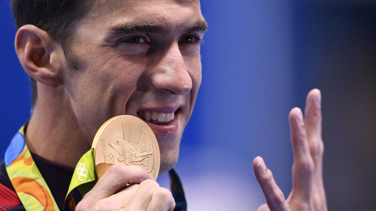 Michael Phelps avec sa médaille d'or du 200m 4 nages, son quatrième titre olympique à Rio, jeudi 11 août 2016