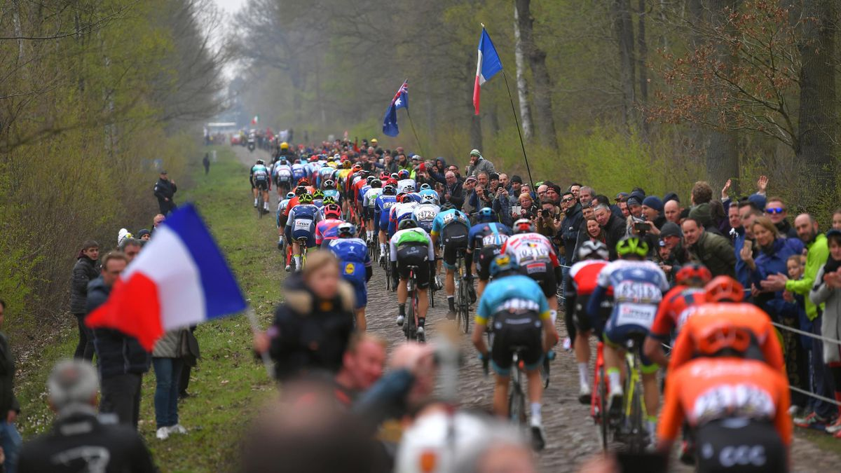 La mythique Trouée d'Arenberg lors de Paris-Roubaix 2019.