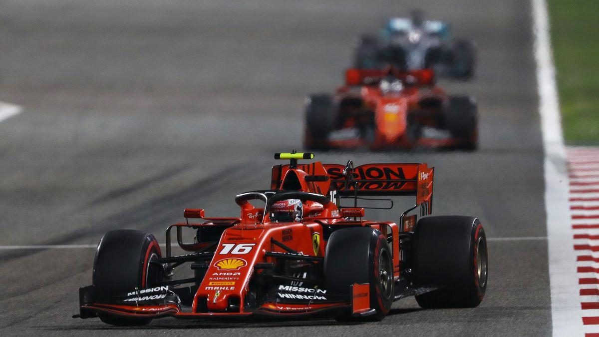 Charles Leclerc devant Sebastian Vettel (Ferrari) et Lewis Hamilton (Mercedes) pendant le Grand Prix de Bahrein