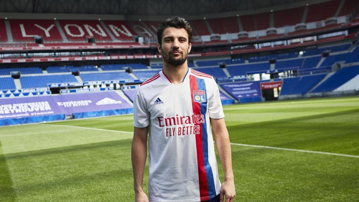 Léo Dubois présente le nouveau maillot de l'OL pour la saison 2021-2022 (site officiel de l'OL)