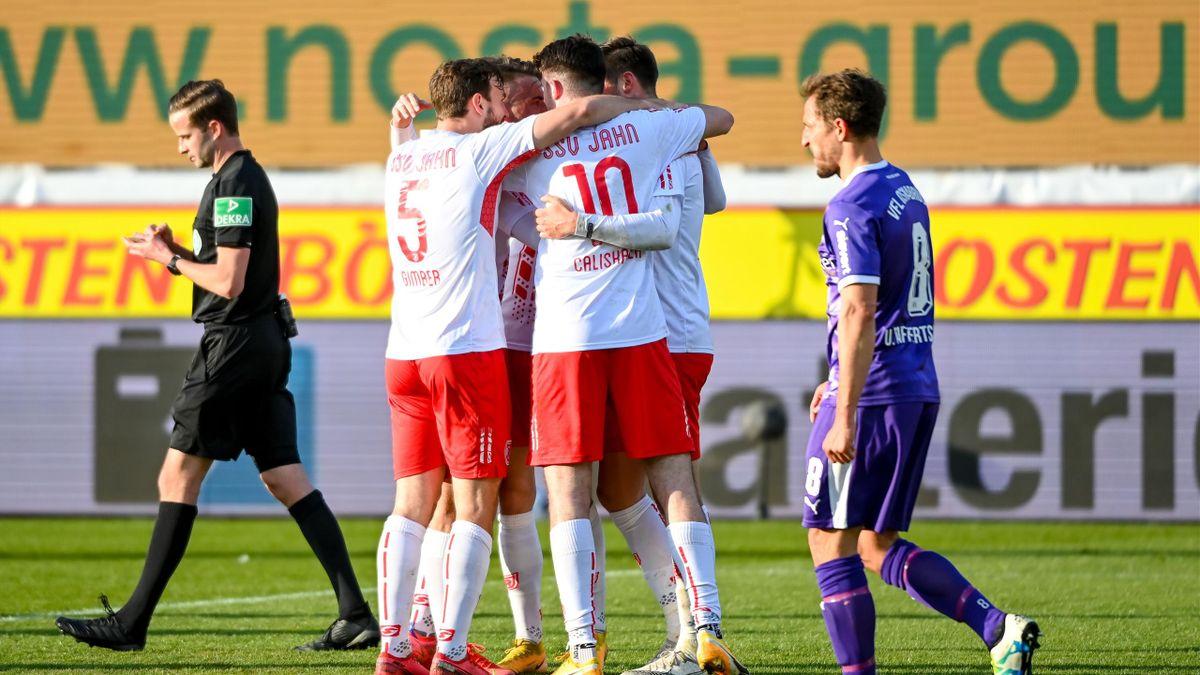 Die Profis des SSV Jahn Regensburg bejubeln den Sieg gegen den VfL Osnabrück