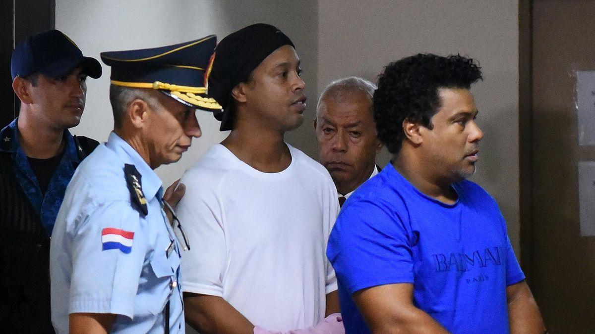 Ronaldinho (mitte) und sein Bruder Roberto Assis (rechts) im Gefängnis in Paraguay