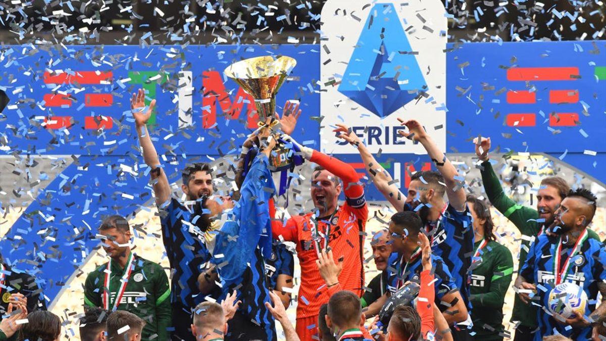 Samir Handanovic alza il trofeo dello Scudetto a San Siro dopo Inter-Udinese - Serie A 2020-21