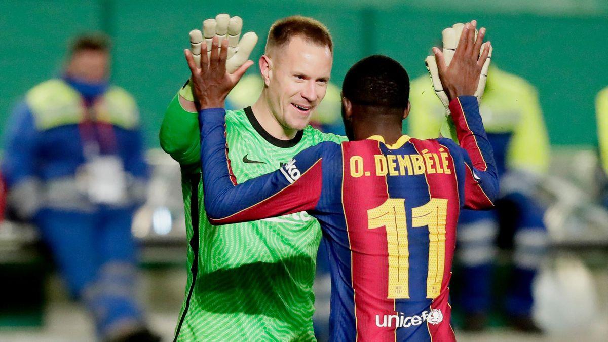 Marc-André ter Stegen klatscht sich mit Ousmane Dembélé ab