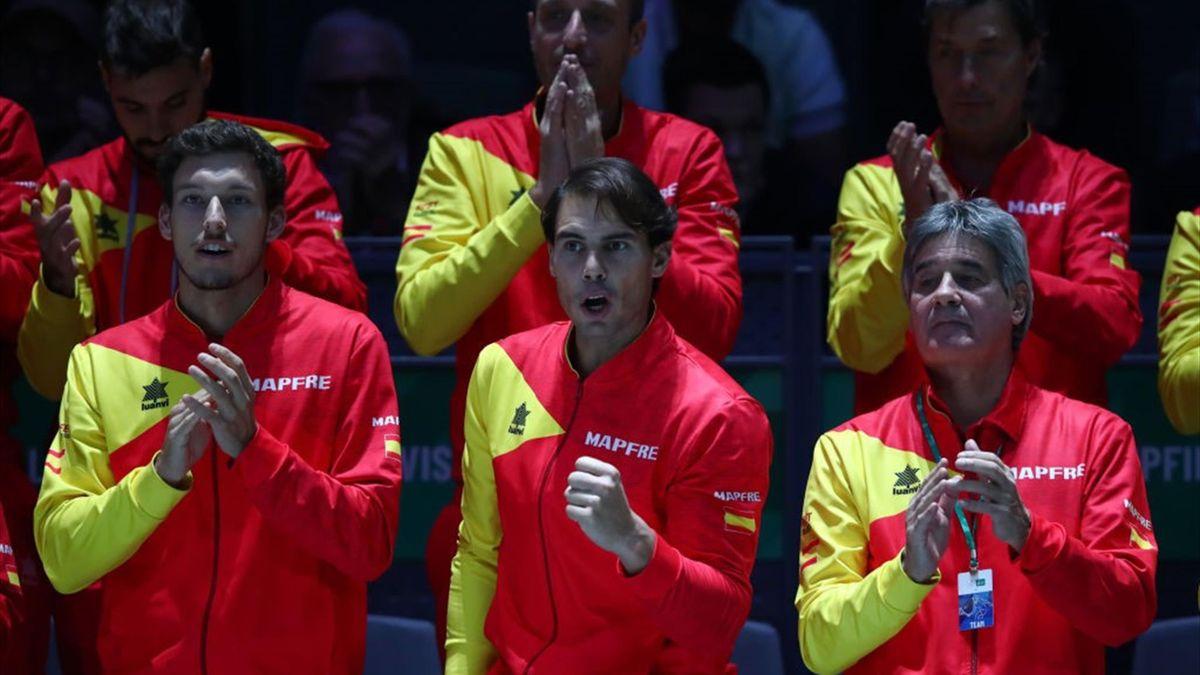 Pablo Carreño, Rafael Nadal y más miembros del equipo español en la Copa Davis 2019 viendo el Bautista-Rublev