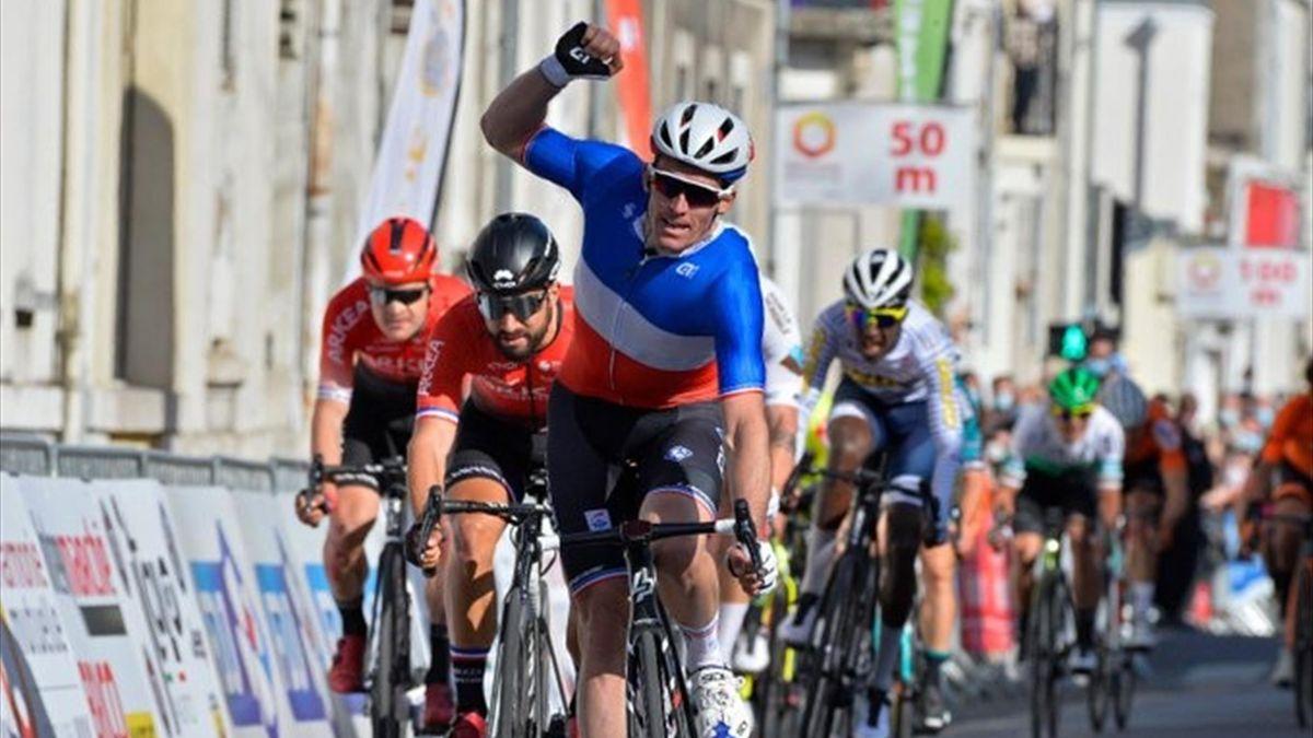 Arnaud Démare vince sul traguardo della Roue Tourangelle Centre Val de Loire 2021 davanti a Bouhanni - foto credit twitter Groupama-FDJ (@GroupamaFDJ)