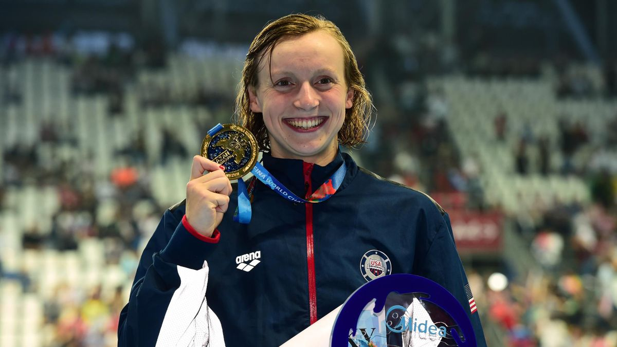 USA's gold medallist Katie Ledecky poses on the podium the final of the women's 800m freestyle swimming event at the 2015 FINA World Championships in Kazan on August 8, 2015