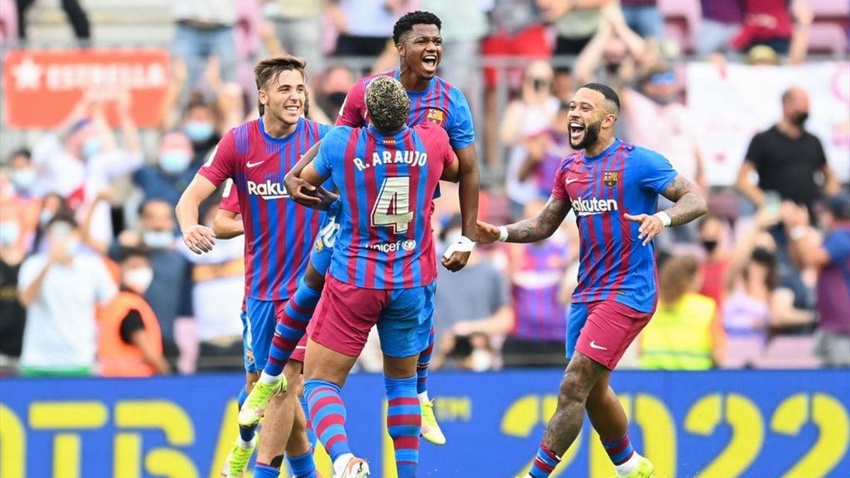 Ansu Fati portato in trionfo dai suoi compagni dopo il gol in Barcellona-Levante - Liga 2021/2022