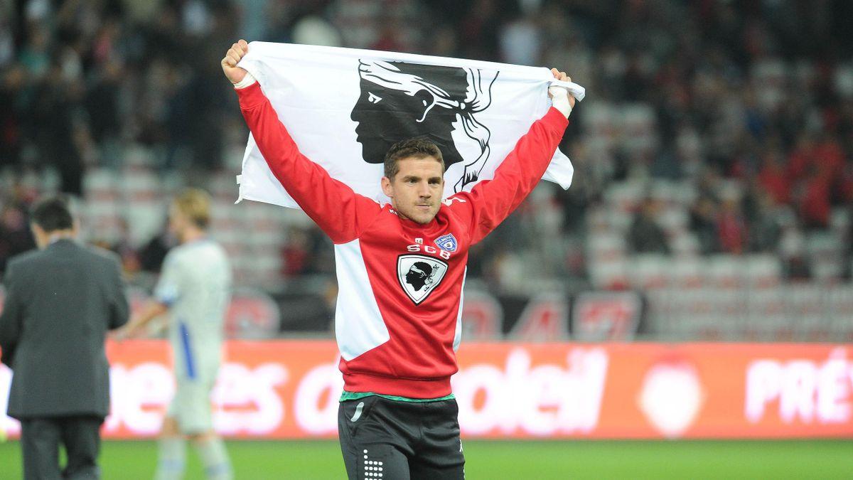 Jean-Louis Leca (Bastia) brandit un drapeau corse devant les supporters niçois lors de la rencontre entre Nice et Bastia