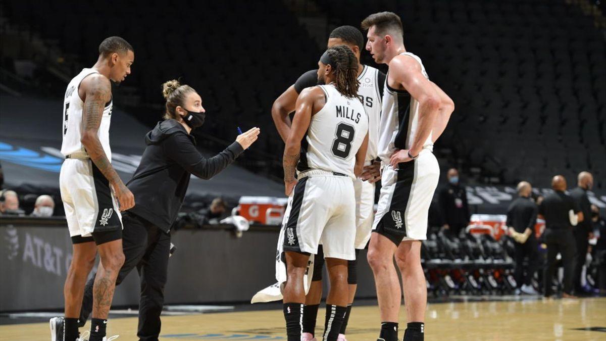 Becky Hammon (2. v. l.) gibt den Spurs-Spielern Anweisungen