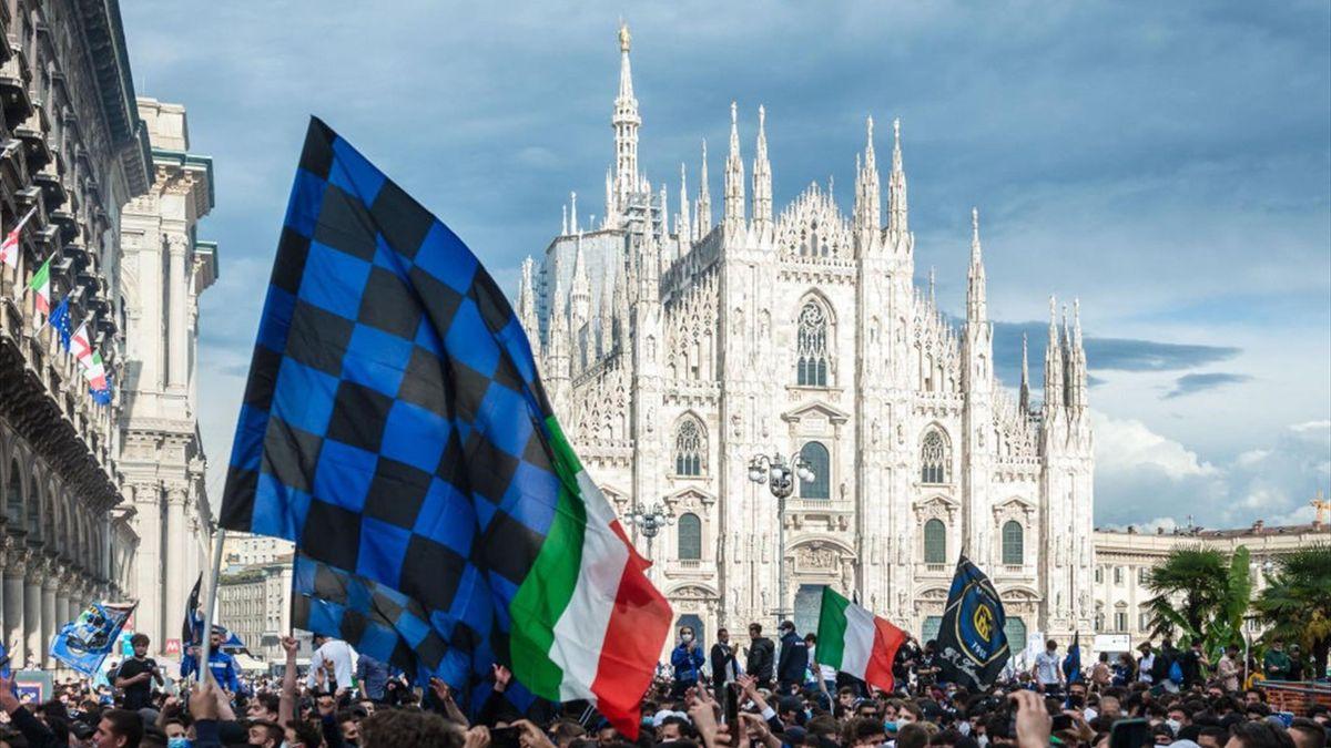 La festa dei tifosi dell'Inter in piazza Duomo a Milano per la conquista del 19° Scudetto