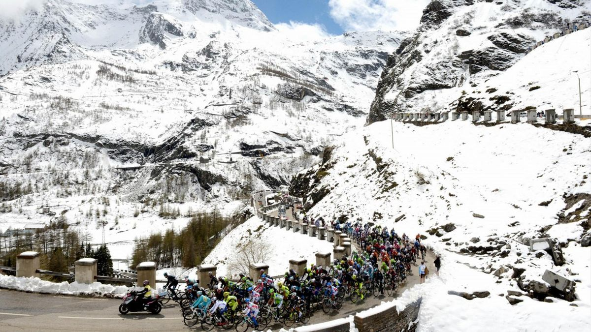 Giro d'Italia'da kar bisikletçileri zorluyor.