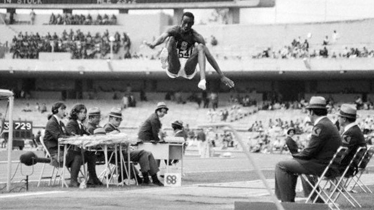 Bob Beamon fliegt in eine neue Sphäre bei Olympia 1968 in Mexiko