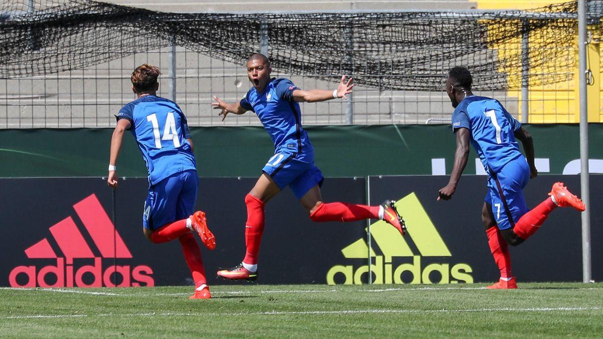Kylian Mbappe célèbre son but avec Amine Harit (n°14) et Jean-Kevin Augustin (n°7) lors de France - Pays-Bas, le 18 juillet 2016
