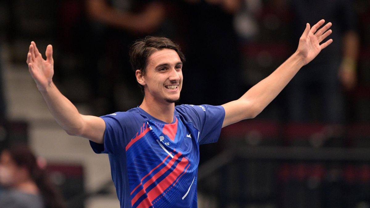 Lorenzo Sonego esulta dopo l'impresa clamorosa all'ATP 500 di Vienna: battuto Djokovic 6-2 6-1