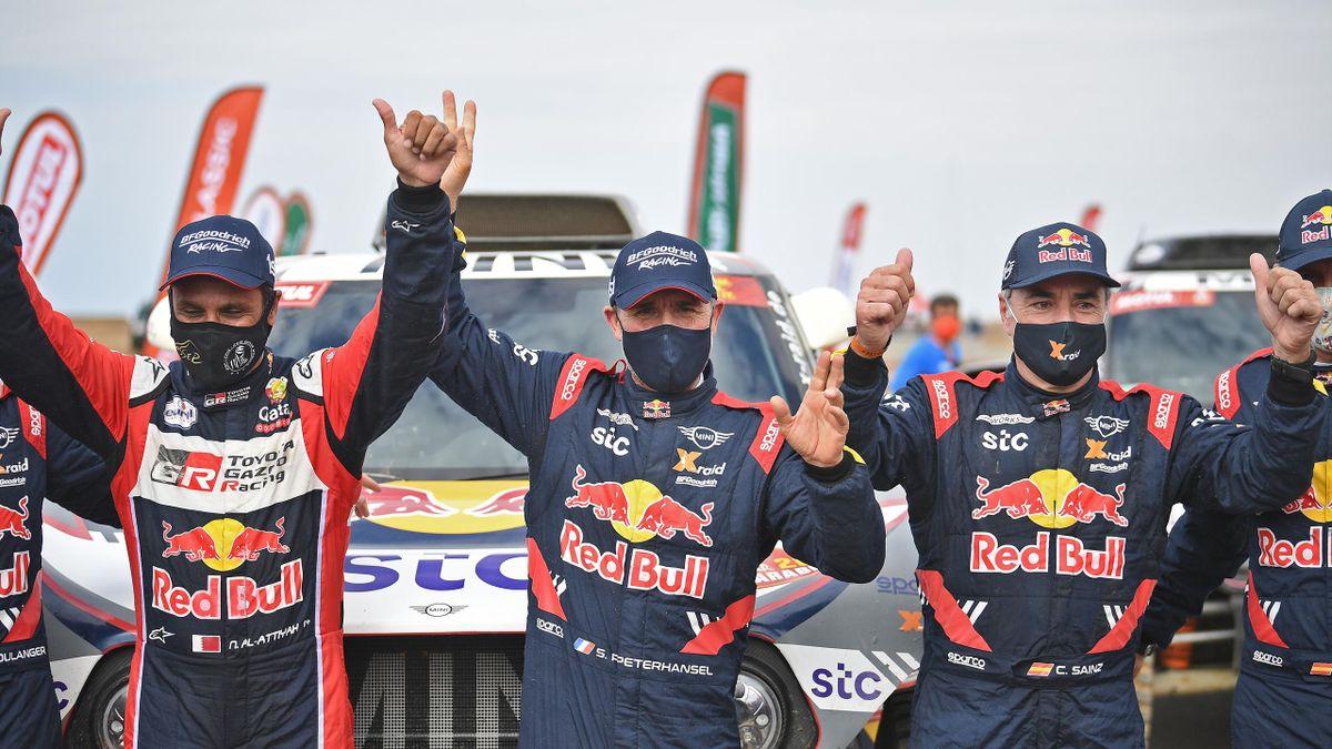 Peterhansel celebrando su 14º Dakar junto a Carlos Sainz y Al-Attiyah.