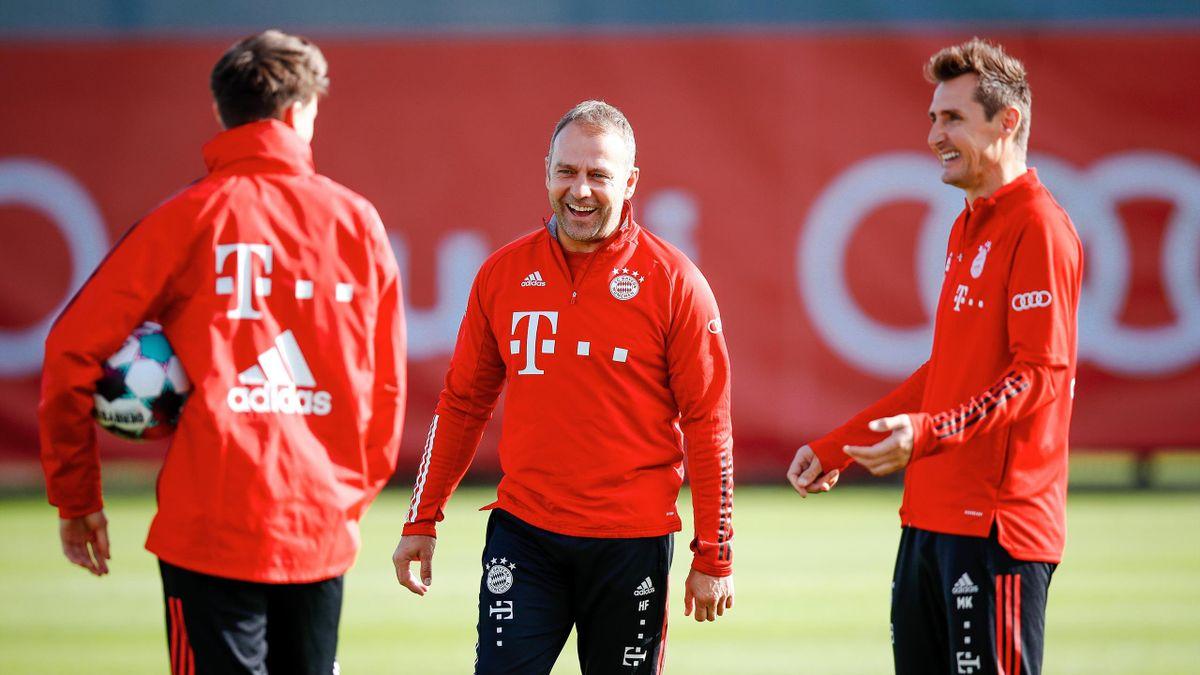 Hans-Dieter Flick (Mitte) und Miroslav Klose (r.)