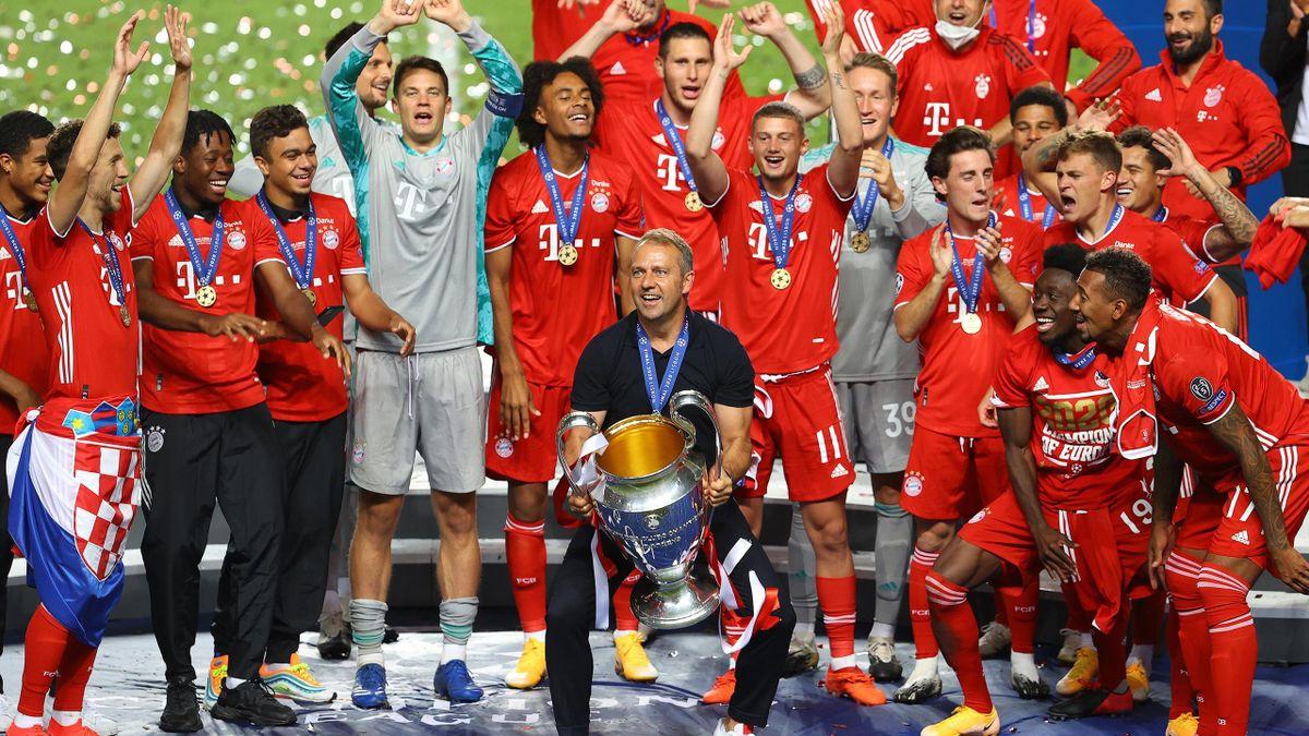 Flick alza la Champions vinta con il Bayern Monaco nella finale di Lisbona 2020