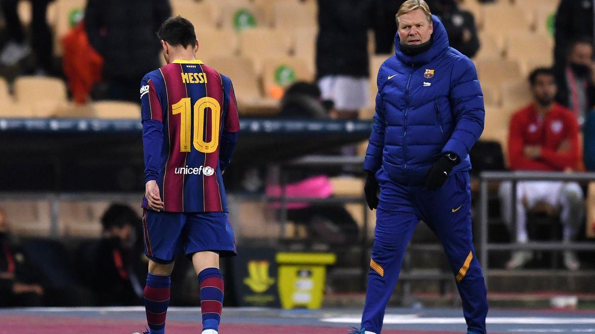 Lionel Messi passe devant Ronald Koeman après son expulsion